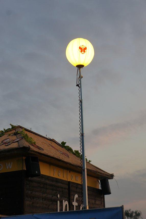lichtballon met logo op mast 10m.JPG