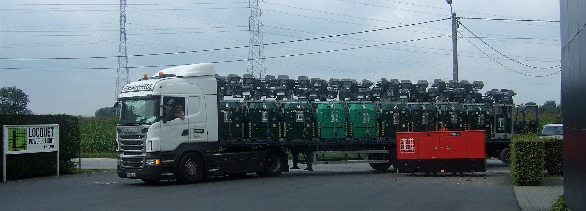 Volle vracht lichtmasten met generator voor parkingverlichting events.jpg